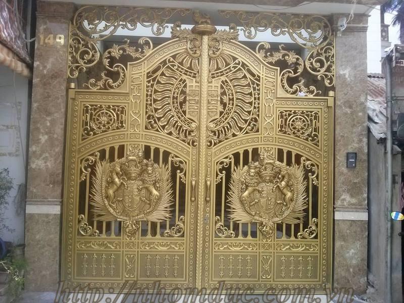 cổng nhôm đúc dạng kín và cổng nhôm đúc có phù điêu đối với cổng loại này