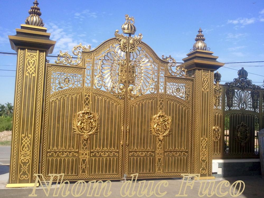Cổng nhôm đúc này là cổng nhôm đúc nguyên cánh Fuco, cổng nhôm đúc đặc, những mẫu cổng nhôm đúc thoáng này giá giao động từ 9.500.000VNĐ/m2