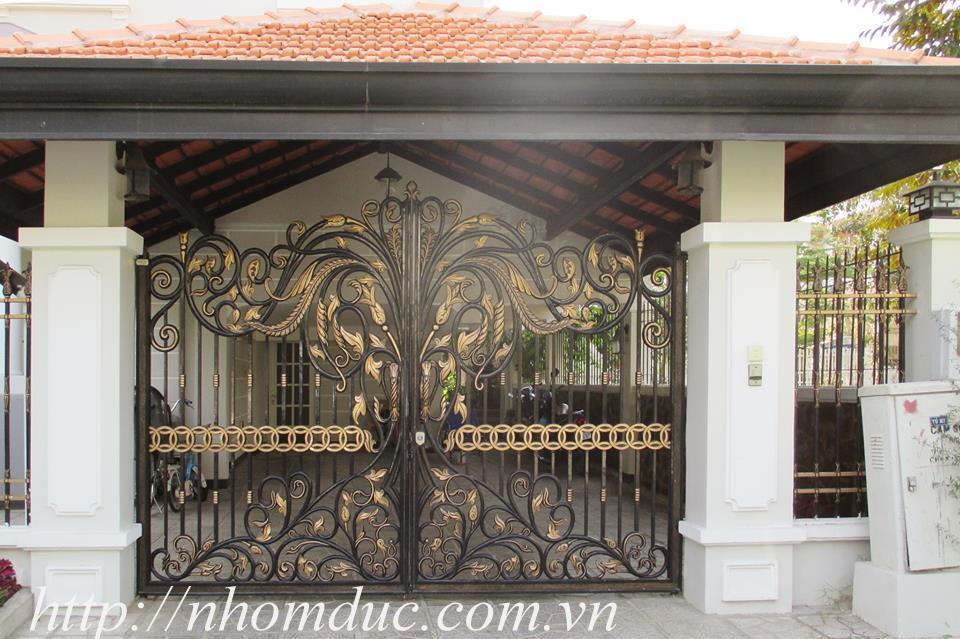 Một chiếc cổng biệt thự đẹp với thiết kế đơn giản hoặc cách điệu với nhiều chi tiết lượn sóng sẽ giúp phần nào thể hiện phong cách