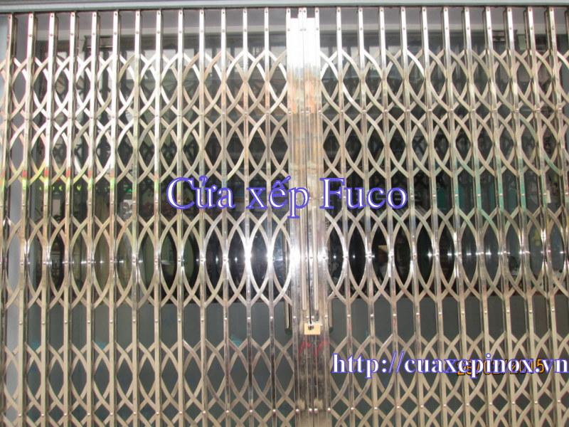Cửa xếp INOX hộp Fuco, cửa xếp inox cao cấp. Thân cửa làm bằng INOX hộp 304 vuông 20x20, độ dầy 0.6dem đến 1,4ly, Nan chéo sử dụng bằng thanh INOX