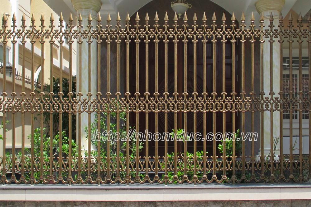 Hàng rào hợp kim nhôm đúc, được làm từ chất liệu chính là nhôm, hàng rào nhôm đúc được khá nhiều gia đình sử dụng vì hàng rào nhôm đúc không bị oxi hóa