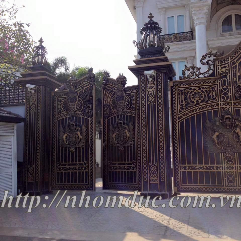 Cổng nhôm đúc Buckingham mẫu kín