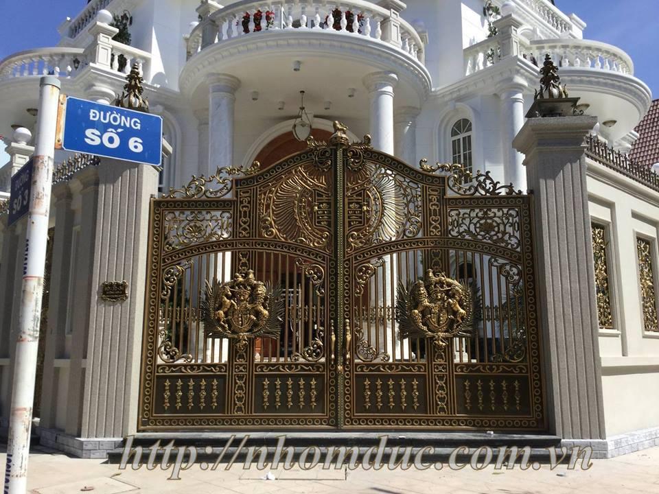 Cổng nhôm đúc mẫu Buckingham kín thoáng