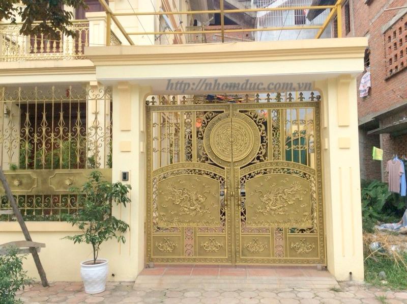 Cửa cổng hợp kim nhôm đúc hình rồng đẹp cho nhà mặt phố